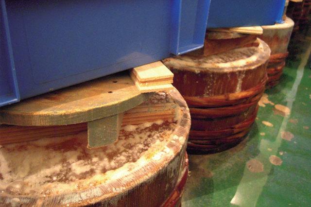きんきいずし-熟成中の樽の写真